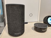 Echo und Echo Dot ( 2. Generation) - Intelligenter Sprecher mit Alexa - lizenzfreie stockfotografie