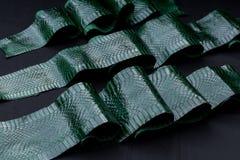 Echt cobra snakeskin leer, slanghuid, textuur, dier, reptiel op een zwarte achtergrond stock foto's