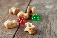 Echt dobbel Gewrichtsbeenderen en gokkenstukken Oud spel met La royalty-vrije stock fotografie