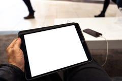 Echt gebruik van tablet met vrije exemplaarruimte voor uw advertentie en tekst - bespot omhoog aanplakbord en het lege scherm stock foto's