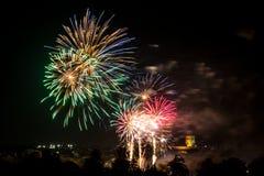Echt kleurrijk vuurwerk stock foto's