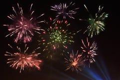 Echt vuurwerk in de nachthemel royalty-vrije illustratie