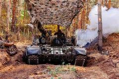 Echte die gevechtstanks in de geulen Donbass de Oekraïne worden vermomd royalty-vrije stock foto's