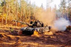 Echte die gevechtstanks in de geulen Donbass de Oekraïne worden vermomd Royalty-vrije Stock Afbeelding