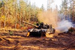 Echte die gevechtstanks in de geulen Donbass de Oekraïne worden vermomd Stock Foto