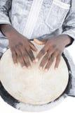 Echte Djembe-speler, traditioneel kledingstuk, Senegal stock fotografie