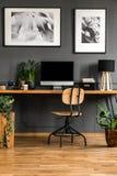 Echte foto van een donker, houten binnenland van het huisbureau met lege Com Royalty-vrije Stock Afbeeldingen