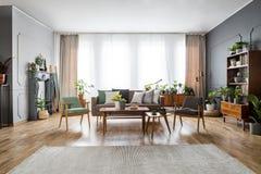 Echte foto van een ruim, uitstekend woonkamerbinnenland met zo royalty-vrije stock afbeeldingen