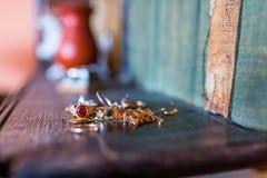 Echte gouden juwelen met diamanten, gemmen, op boekenplank royalty-vrije stock afbeelding