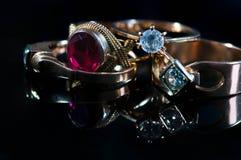 Echte gouden juwelen met echte diamanten op glanzende oppervlakte royalty-vrije stock foto's