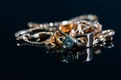 Echte gouden juwelen met echte diamanten op glanzende oppervlakte royalty-vrije stock afbeelding