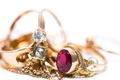 Echte gouden ring met diamanten op gouden kettings dicht omhoog macroschot royalty-vrije stock afbeelding