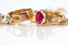 Echte gouden ringen, kettingen, diamanten stock fotografie