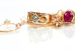 Echte gouden ringen, kettingen, diamanten royalty-vrije stock fotografie