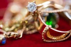 Echte gouden ringen met diamanten, gemmen, omhoog geschoten halsband dicht stock afbeeldingen
