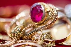 Echte gouden ringen met diamanten, gemmen, omhoog geschoten halsband dicht royalty-vrije stock fotografie