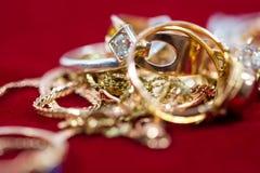 Echte gouden ringen met diamanten, gemmen, omhoog geschoten halsband dicht royalty-vrije stock foto