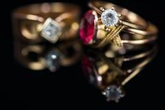 Echte gouden ringen met rode gem, diamant dichte omhooggaande macro Stock Foto