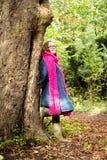 Echte groottevrouw die door een boom rusten Royalty-vrije Stock Foto's