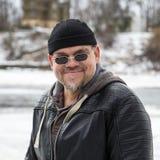 Echte mens in zwarte zonnebril royalty-vrije stock afbeelding