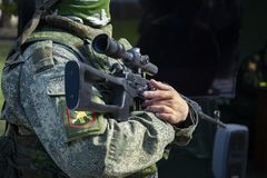 Echte moderne militair van Russisch leger in het uniform stock afbeeldingen