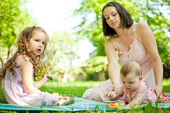 Echte ogenblikken - moeder met kinderen Stock Foto's