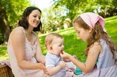Echte ogenblikken - moeder met kinderen Stock Foto