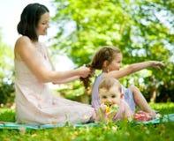 Echte ogenblikken - moeder met kinderen Royalty-vrije Stock Afbeelding