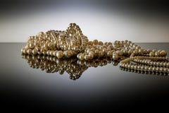 Echte Perlen dargestellt auf reflektierender Anzeige Lizenzfreies Stockfoto