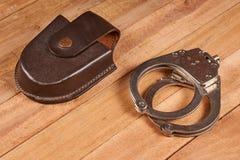 Echte politiehandcuffs stock fotografie