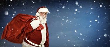 Echte Santa Claus die grote zak dragen Royalty-vrije Stock Afbeeldingen
