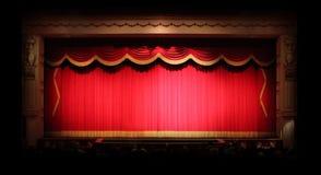 Echte Stufe drapiert innerhalb eines Theaters Stockfoto