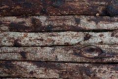 Echte uitstekende houten achtergrond met schors en spijkers stock foto