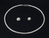 Echte zilveren halsband en oorringen stock foto
