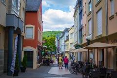 Echternach, Люксембург; 08/11/2018: Узкая улочка в старом городке Echternach, в Люксембурге, Европа Типичные дома с флагами и стоковые фото