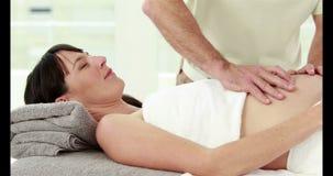 Echtgenoot die een massage voor zijn vrouw maken stock footage