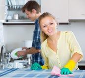 Echtgenoot die huisvrouw het doen bevorderen schoonmaken Stock Afbeeldingen