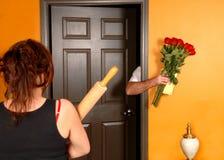 Echtgenoot die naar huis laat aan boze vrouw komt Royalty-vrije Stock Foto