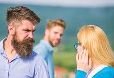 Echtgenoot die strikt op zijn vrouw letten bekijkend een andere kerel terwijl gang Jaloers concept Voorbijganger die aan dame gli stock fotografie