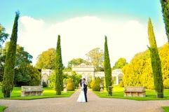 Echtgenoot en vrouw bij het paleis royalty-vrije stock afbeelding
