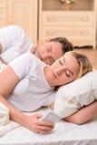 Echtgenoot en vrouw die in bed liggen royalty-vrije stock foto