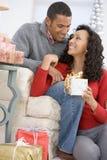 Echtgenoot en Vrouw die de Giften van Kerstmis ruilen stock foto