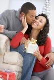 Echtgenoot en Vrouw die de Giften van Kerstmis ruilen stock afbeelding