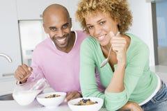 Echtgenoot en Vrouw die Ontbijt samen eten Royalty-vrije Stock Afbeelding