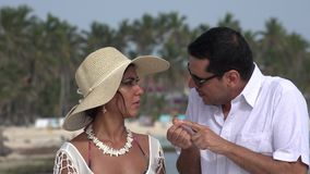 Echtgenoot en Vrouw die op Vakantie spreken stock footage