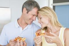 Echtgenoot en Vrouw die Pizza eten stock afbeelding