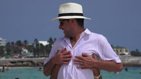 Echtgenoot en vrouw die pret op vakantie hebben stock footage
