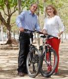 Echtgenoot en vrouw op vakantie in de zomerpark Royalty-vrije Stock Foto