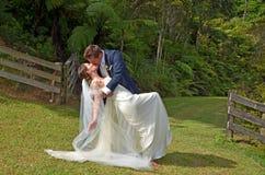 Echtgenoot en vrouwenkus op hun huwelijksdag in openlucht Royalty-vrije Stock Foto's