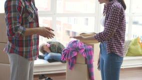 Echtgenoot en vrouwenruzie De ouders zweren in aanwezigheid van hun dochter stock footage